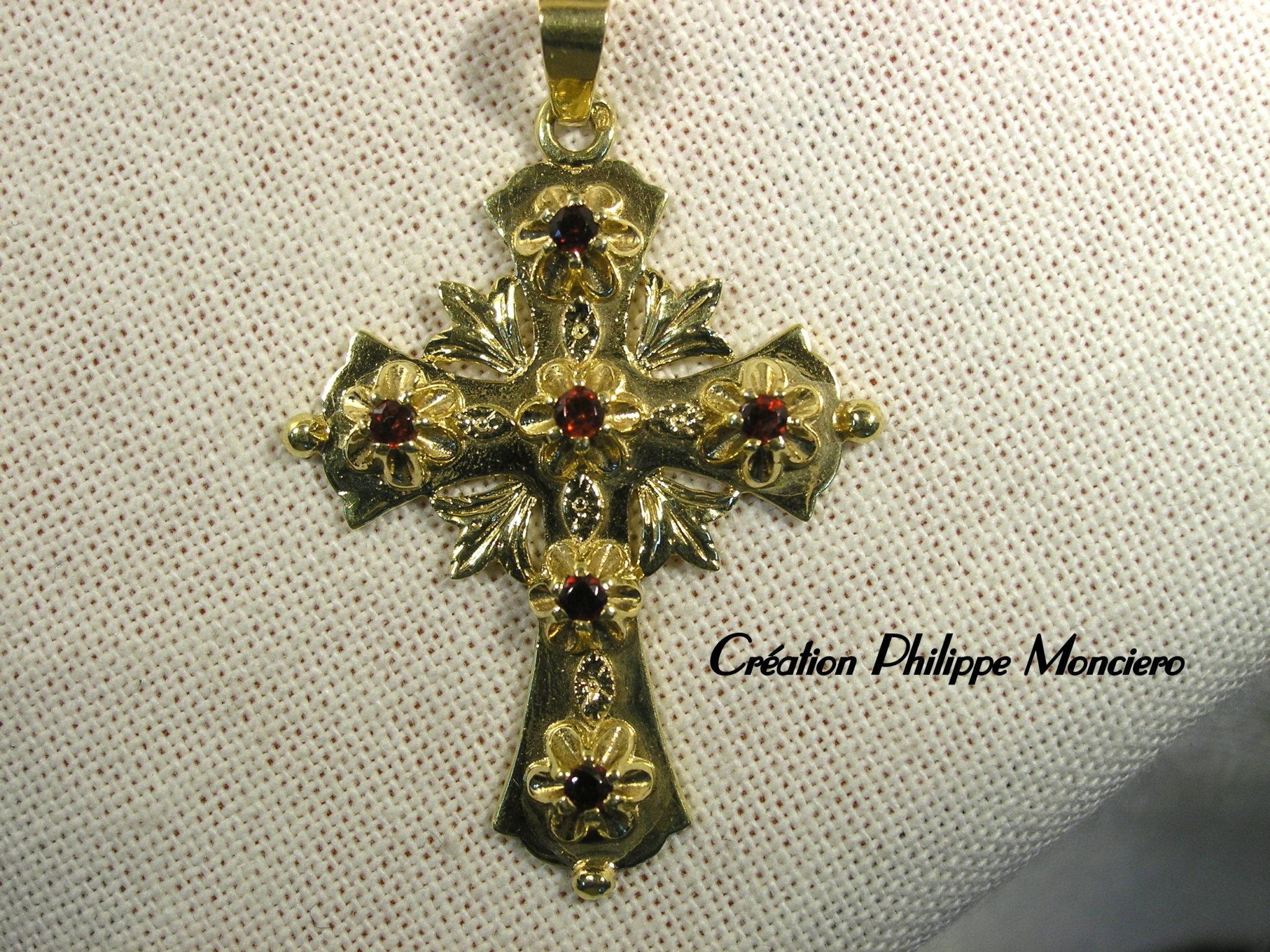 Croix Provençale en or jaune et grenats. Monciero - Nîmes