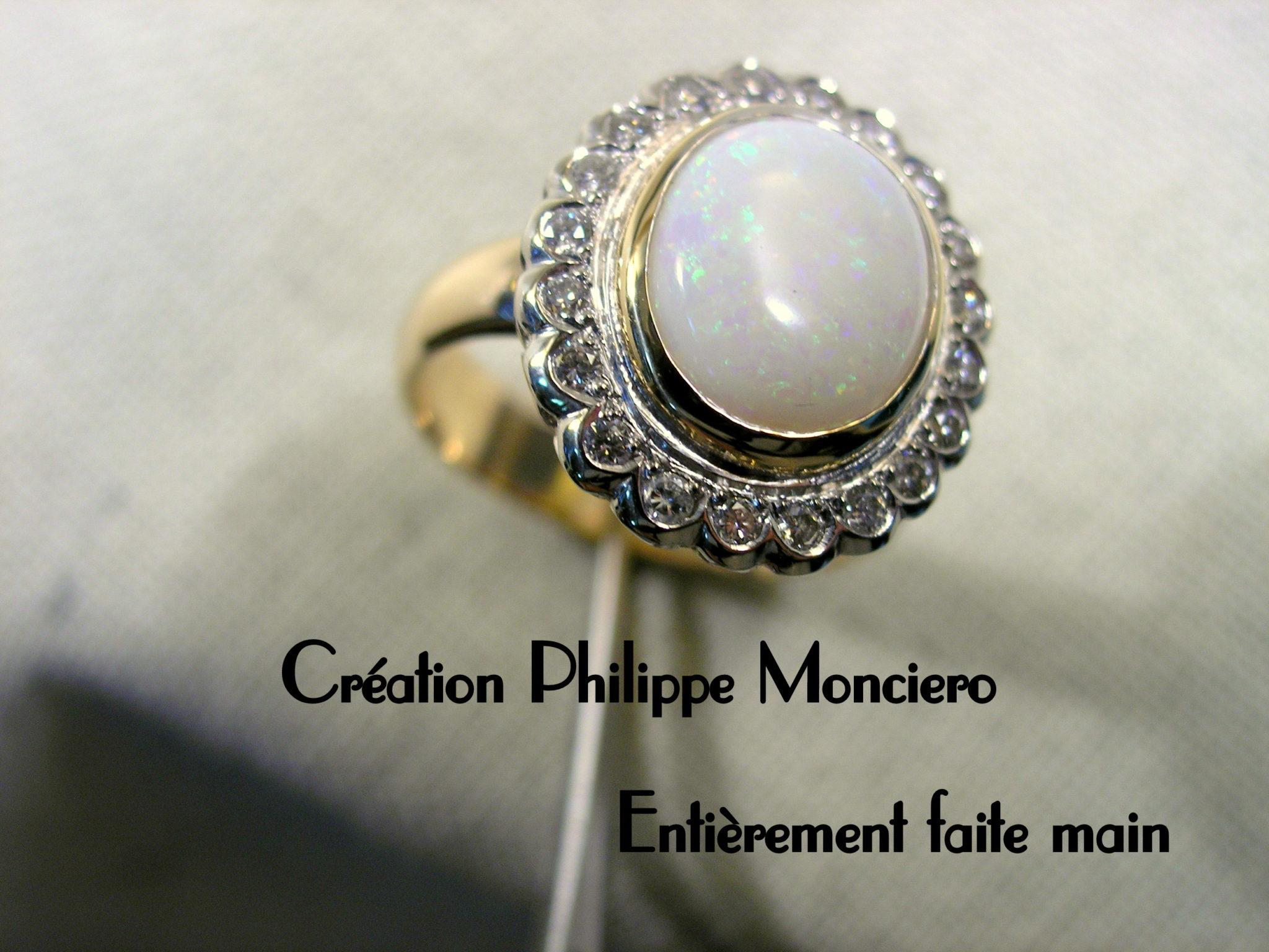Bague festonée, opale et diamants. Monciero - Nîmes