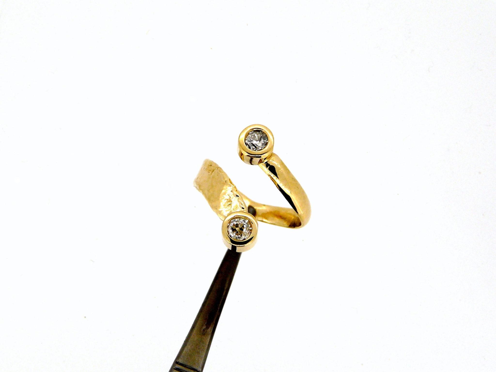 """Bague """"Toi et Moi"""" en or jaune martelé de diamants. Monciero-Nîmes"""