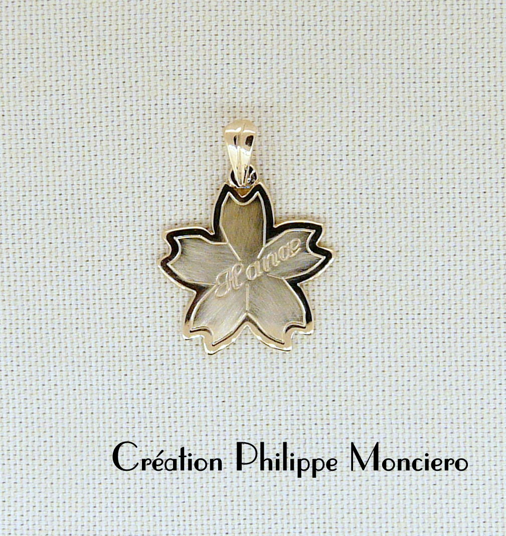 """Pendentif pour enfant """"fleur de lotus"""" en or jaune. Monciero - Nîmes"""