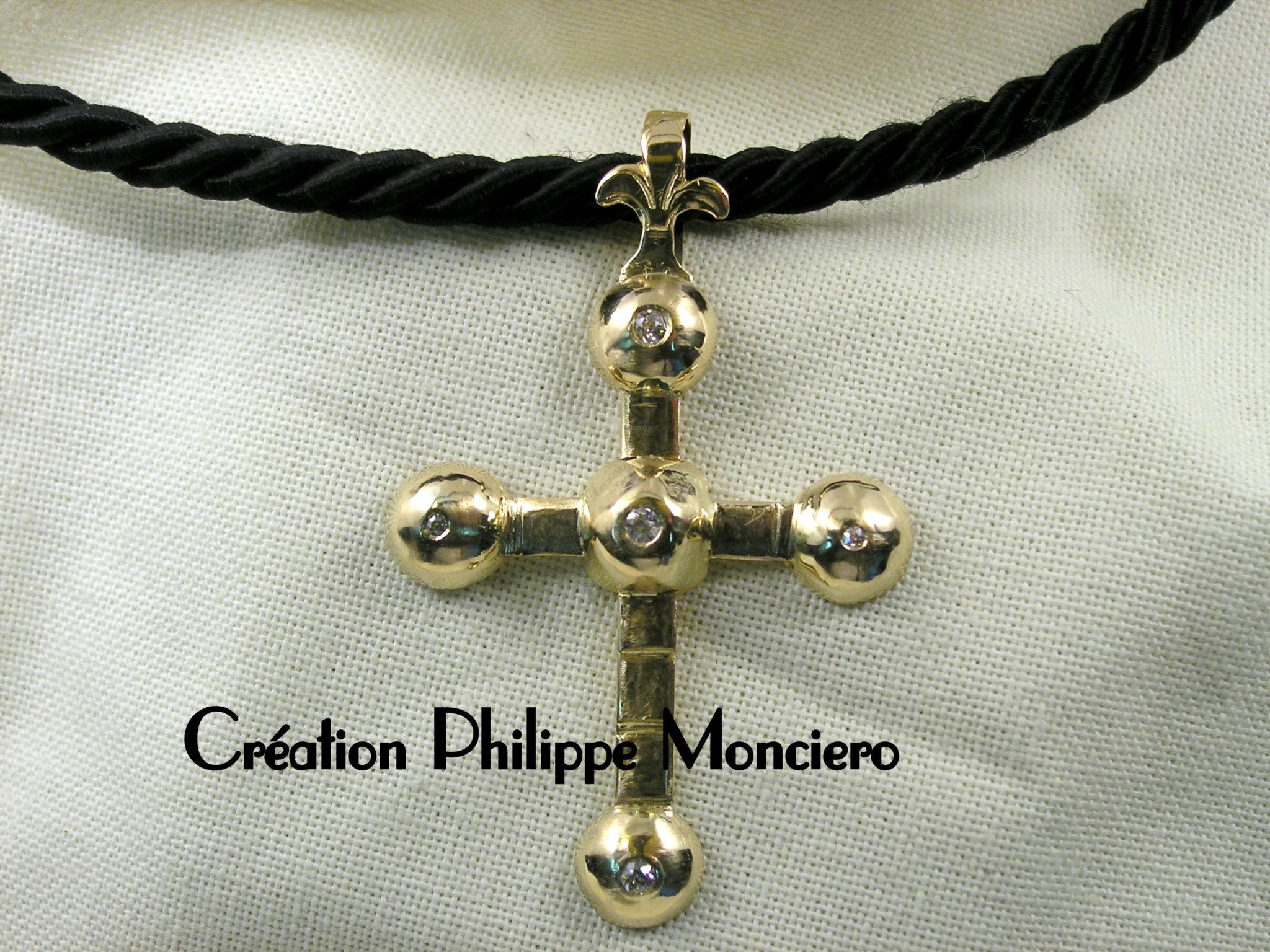 Grande croix provençale en or jaune. Monciero Nîmes